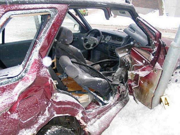 DOPRAVNÍ NEHODA v Mariánských Lázních si vyžádala dva zraněné. Spolujezdce transportovali zdravotníci do Fakultní nemocnice Plzeň se zraněním hlavy a břicha. Řidička, která nedala přednost nákladnímu vozu, skončila na chirurgii s lehkým zraněním.