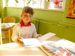 ŠESTILETÁ ESTERKA SOUBUSTOVÁ z Chebu včera poprvé usedla do své lavice na základní škole v chebské ulici Májová.