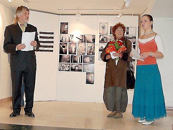 Vernisáž zahájil ředitel Galerie 4 Zbyněk Illek  (nalevo) a Michele Lescoat z Francie (druhá zprava).