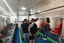 Kamion nadupaný nejmodernějšími technologie si udělal zastávku u Základní školy ve Františkových Lázních. Učitelé byli nadšení, žáci osmých a devátých tříd hltali každou přednášku. Vyzkoušet 3D tiskárnu si přišel vyzkoušet i starosta města Jan Kuchař a ve
