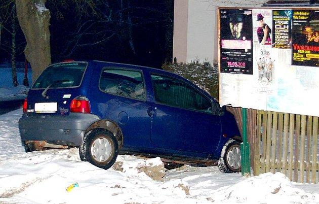NEHODA. 34letá řidička Renaultu Twingo skončila s vozem v plotě, když jí nedal přednost Opel Vectra v Mokřinách u Aše.