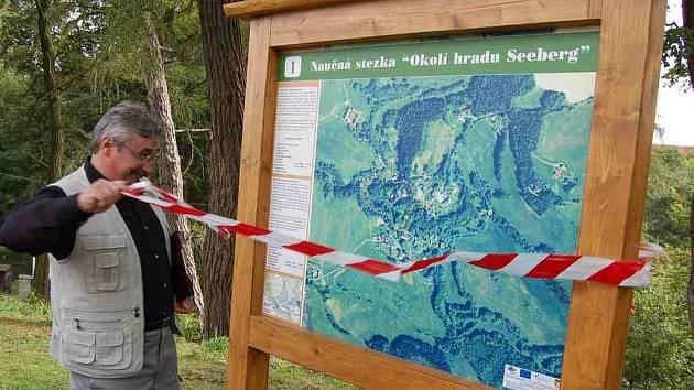 Starosta Poustky Jan Ryba slavnostně ´přetrhl´pásku na první informační tabuli nové naočně stezky ´Okolí hradu Seeberg´