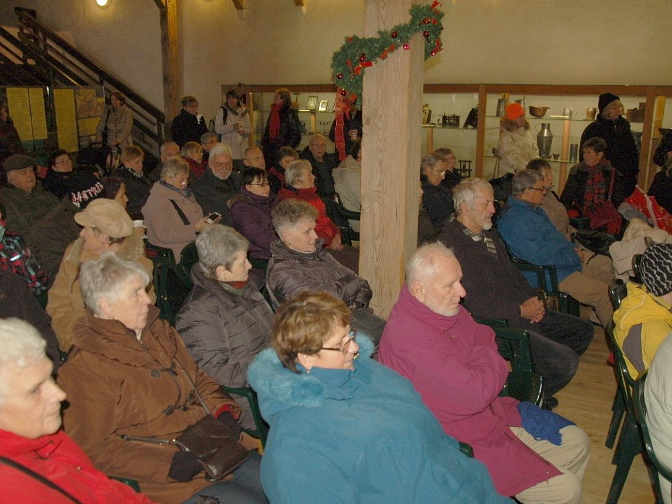 Lidé si vyzkoušeli vánoční zvyky na hradě Seeberg.