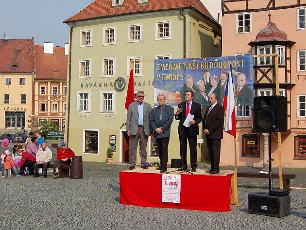 Kandidáti do Evropského parlamentu ze strany KSČM vystoupili 1. Května před davy lidí na chebském náměstí Krále Jiřího z Poděbrad.