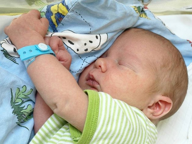 DANIEL DYTRYCH se narodil v pátek 17. července v 7.30 hodin. Při narození vážil 3450 gramů a měřil 51 centimetrů. Z malého Danielka se raduje doma v Hazlově bráška Míša, maminka Veronika a tatínek Jiří.
