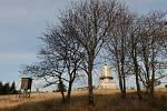 Dyleň s věží, bývalou chatou a rotou, a výhledy do okolí.