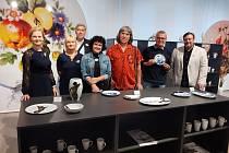 Světově uznávaná česká porcelánka Thun 1794 v Nové Roli slaví 100 let. V rámci toho uspořádalo vedení společnosti vernisáž a oslavilo tak firmy významné jubileum.