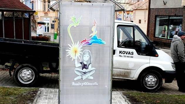 KNIHOBUDKA byla instalovaná k autobusové zastávce u Masarykova náměstí, tedy v samotném centru města.