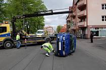Měští strážníci zavinili v Chebu dopravní nehodu. Po srážce zůstalo jedno z vozidel na střeše.