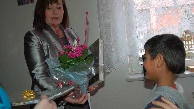 Vlastnoručně vyrobenou mozaikou a kytičkou potěšily děti z SOS dětské vesničky v Karlových Varech Ivanu Zemanovou. Ta SOS dětskou vesničku navštívila v rámci svého programu.