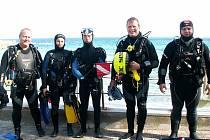 CHEBŠTÍ POTÁPĚČI našli na Elbě mnoho krásných míst k ponoru. Na snímku zleva: Jan Držmíšek, Dagmar Pokorná, Ladislav Račák, Milan Bouška a Radim Havlovič.