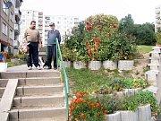 První místo v kategorii květinová výzdoba oken, balkonů nebo předzahrádek panelových domů získal Slavoj Gugalov.