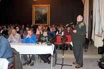 KRAJSKÝ RADNÍ Jaroslav Bradáč (u mikrofonu) obhajoval před ašským zastupitelstvem i veřejností rozhodnutí rady kraje o středních školách.