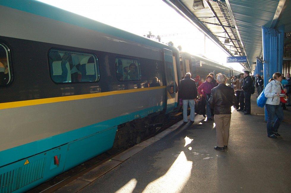 Do Chebu a Františkových Lázních zavítal v roce 2011 poprvé vlak Pendlino.