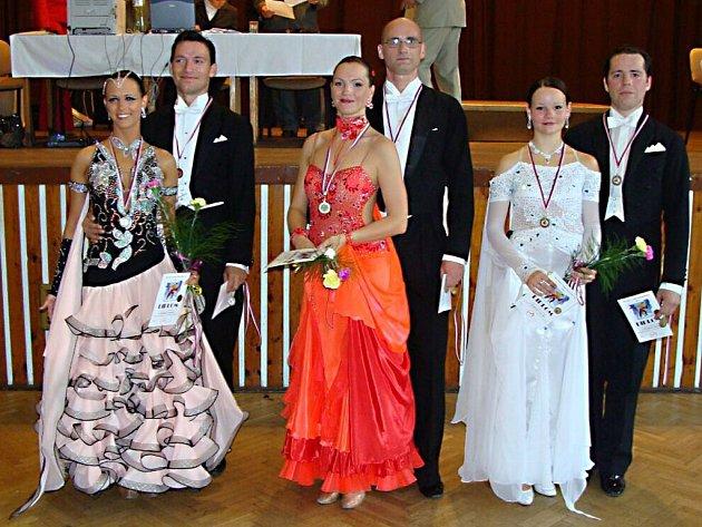 Uprostřed Jindra Steinke a Petr Šmíd dvojnásobní vítězové stříbrské taneční soutěže