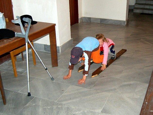 V SUCHU. Kvůli dešti se děti musely přesunout do chodby penzionu, kde si s nimi s chutí zařádili i dospělí. Na dešti zůstali pouze ti, kteří nad ohněm rožnili vepřovou kýtu