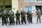 Vojáci, kteří pomáhají zvládnout krizi v mariánskolázeňské nemocnici tam zůstanou o týden více.