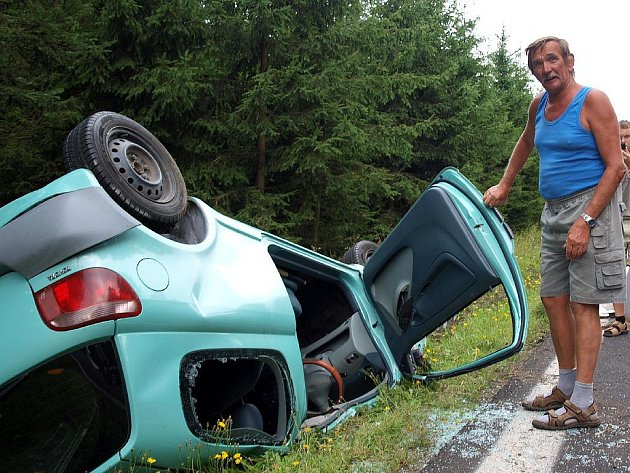 JAK MŮŽE VYPADAT ŘIDIČ, KTERÝ SE dostane z takto zdemolovaného vozidla? Miroslavu Vaněčkovi z Hazlova (na snímku) a jeho synovi se téměř nic nestalo. Miroslav měl pouze odřené ruce.