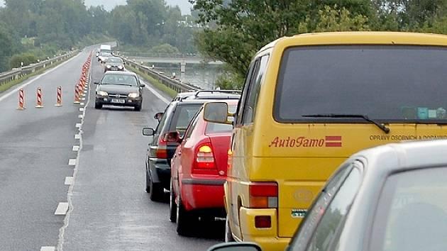 Fronta automobilů na hrázi Jesenické přehrady