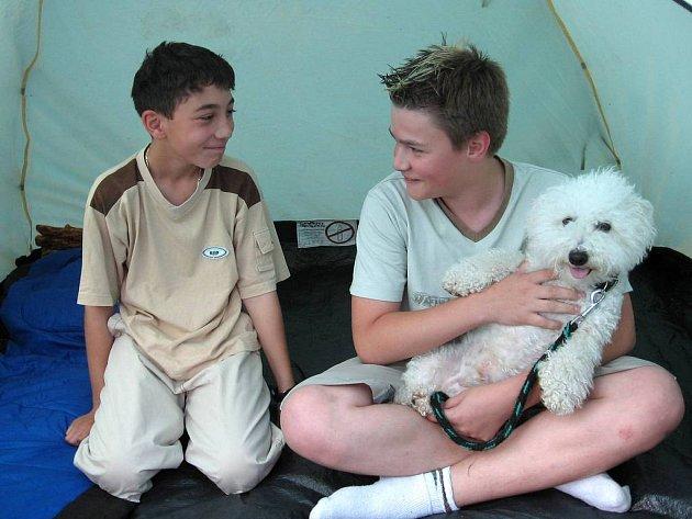Nicolas (vlevo) a Daniel z letního tábora Na divokém západě