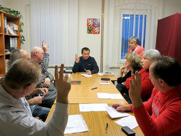 ZASTUPITELSTVO obce Pomezí nad Ohří se sešlo v novém složení při ustavujícím zasedání. Novým starostou byl zvolen Radek Tlačil (v čele stolu).