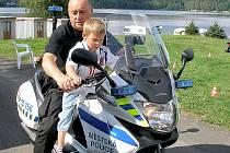 Děti se svezly i na policejní motorce