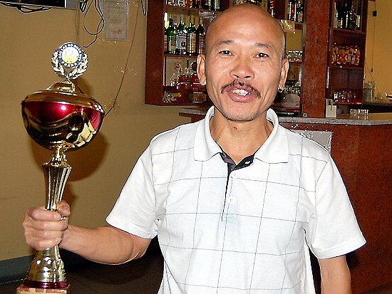Chebský Agassi (Luboš) se chlubí pohárem za vítězství
