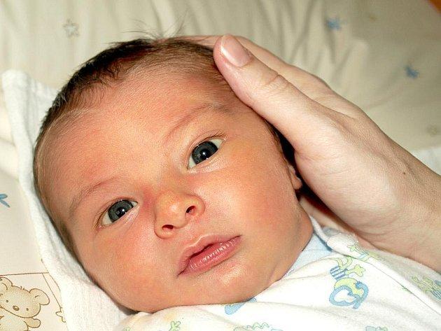 VOJTĚCH BESEDA bude mít v rodném listě datum narození neděli 13. března ve 22.55 hodin. Na svět přišel s váhou 3850 gramů a mírou 52 centimetrů.  Bráška Daník, maminka Denisa a tatínek Matěj se radují z malého Vojtíška doma v Chebu.