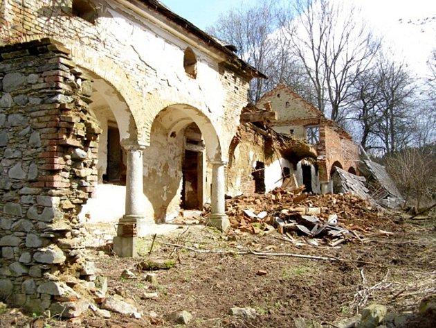 Fotografie z místa odcizených žulových sloupů