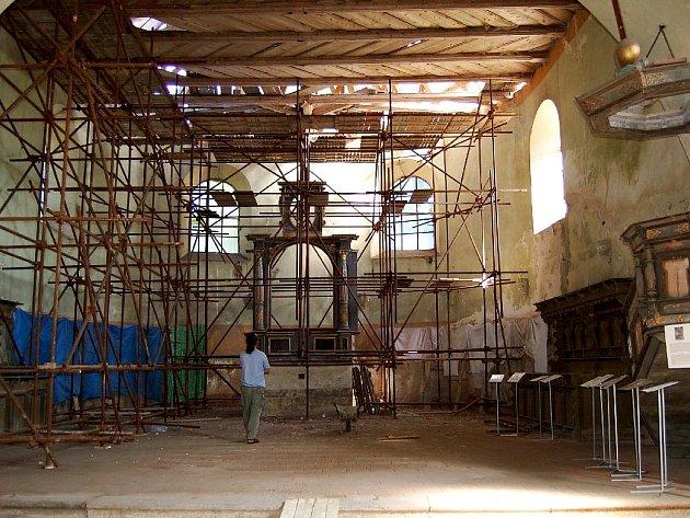Kostel svatého Wolfganga v Ostrohu u Poustky.