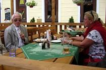 JEDINÉ MÍSTO v historickém centru, kde se dá bez obav z nové vyhlášky popíjet, jsou předzahrádky místních restaurací.