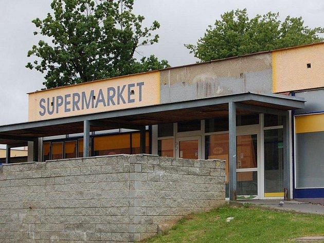 Opuštěný supermarket na chebském sídlišti Skalka