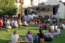 KROMĚ FOTOGRAFIÍ, SOCH A OBRAZŮ se mohou návštěvníci těšit na velké množství koncertů. Například na minulém ročníku mnohé přilákala oblíbená kapela Gothart.