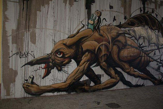 ZAJÍMAVÁ graffiti jsou k vidění také v garážích chebského obchodního centra Interspar.