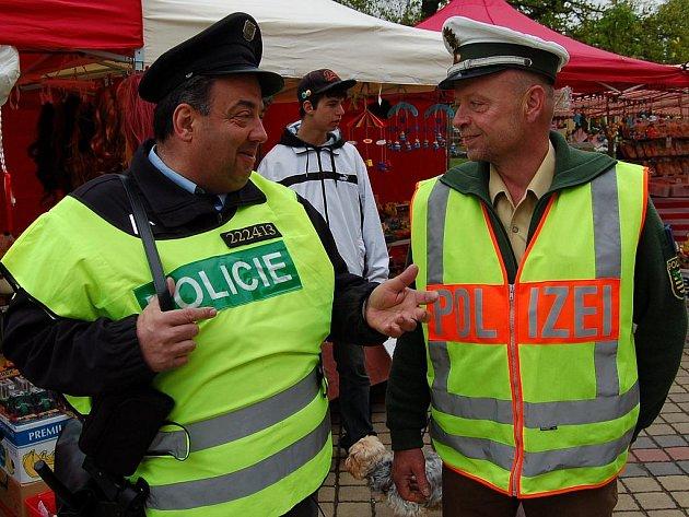 Dvě společné česko - německé policejní hlídky složené z příslušníků z Františkových Lázní a z Plavna.