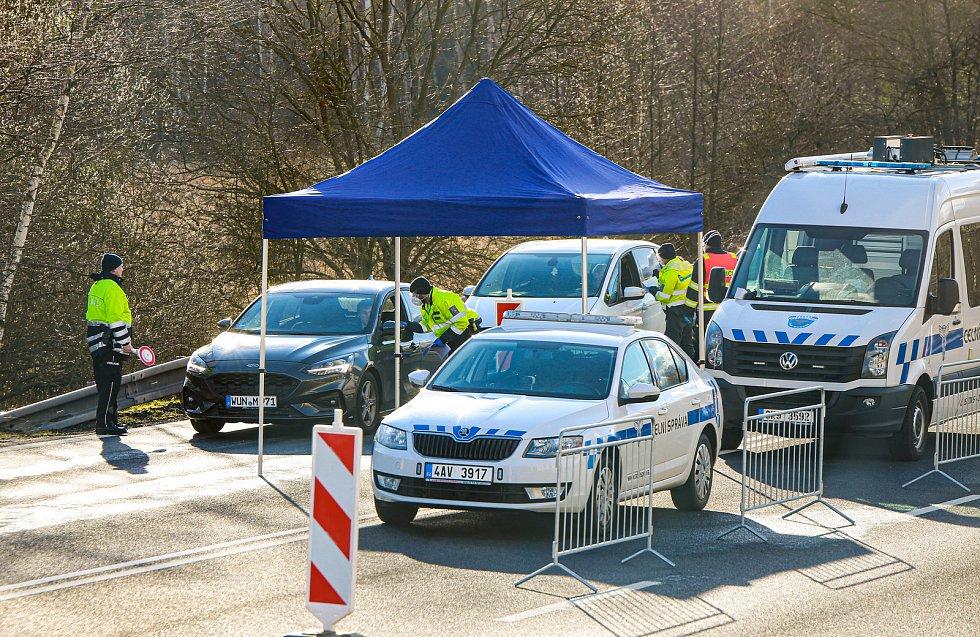 Na hraničním přechodu s Německem v Pomezí nad Ohří kontrolují policisté projíždějící řidiče, jestli nemají zvýšenou teplotu, a zda nejsou nakaženi koronavirem.
