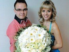 Moderátorem soutěže bude i Miloš Skácel z Mariánských Lázní, který je na snímku s hosteskou Violou s ukázkou vazby květin pro vítězku. Kytice, kterou nejsympatičtější maminka obdrží, má vážit neuvěřitelných 7,5 kg.