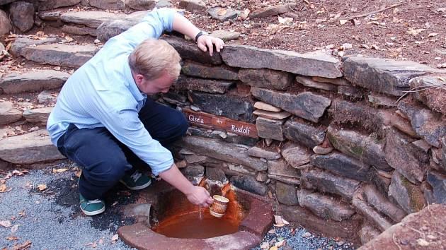 Opravený vývěr minerálek v Pramenech.