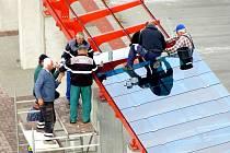 MODRÁ SKLA budou zdobit moderní chebský terminál. Ten mají dělníci dokončit na začátku prosince. Do provozu se však dostane až po kolaudaci.