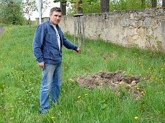 MAJITEL TRUHLÁRNY V DOLNÍM ŽANDOVĚ Stanislav Hladký ukazoval místo, kde se kulový blesk s velkou pravděpodobností zavrtal do země. Travnatý pozemek u hřbitovní zdi vypadá jako po nájezdu divokých prasat.