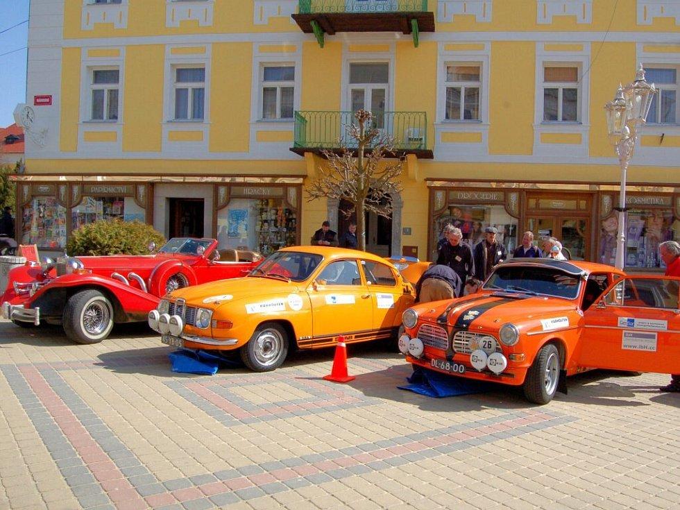 Autoveterány na startu závodu Copa d´Europa na Národní třídě ve Františkových Lázních