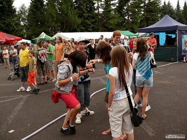 Pivní láznění v Mariánských Lázních přilákalo v pátek odpoledne přes tisícovku návštěvníků.