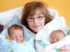 JAKUB A PETR FANTYŠOVI se narodili v úterý 5. Listopadu v 22.09 a 22.20 hodin. Doma v Chebu se z brášků těší sestřička Eliška spolu s maminkou Evou a tatínkem Petrem.