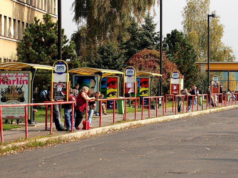 Odjezdová stání na chebském autobusovém nádraží. Cestující se nemají kam schovat před nepřízní počasí. Je zde jen několik malých přístřešků