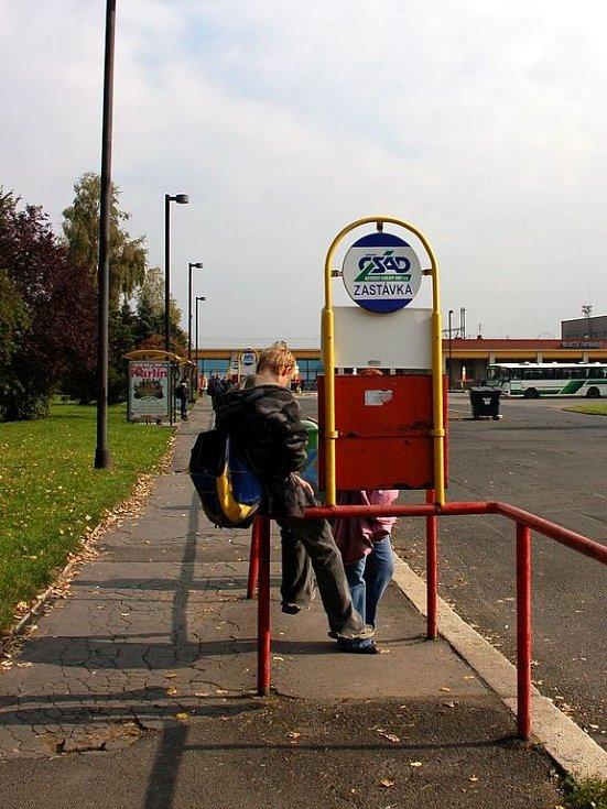 Na autobusovém nádraží je také minimální počet laviček