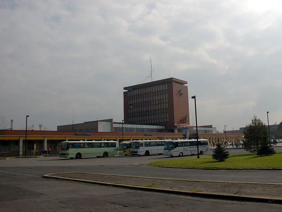 Pohled přes chebské autobusové nádraží na halu vlakového nádraží