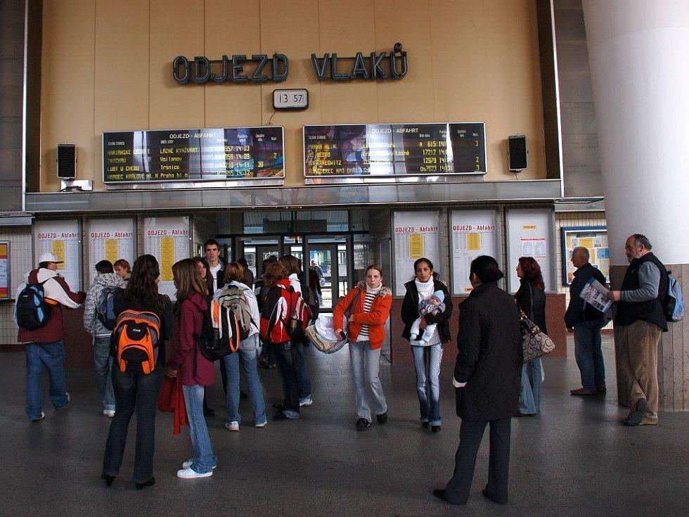 Hala chebského vlakového nádraží. V Chebu nemají platící cestující k dispozici čekárnu a vlastně ani lavičky
