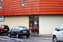 CHEBSKOU PRODEJNU Huma v Dyleňské ulici si vyhlédl zloděj. Nakupovat ale přišel až po zavírací době a tak si vykopnutím otevřel dveře sám. Než stihl poškodit další dveře a vybílit prodejnu, už ho měli policisté.