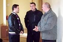 TŘI STRÁŽNÍCI Městské policie ve Františkových Lázních odcházeli od okresního soudu v Chebu s velkou úlevou.