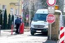 NA SLOUPU u vjezdu do nemocnice by měli zájemci o parkování najít ceník a kontakty na vedení ostrahy.